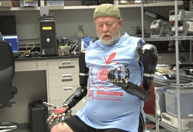Brazos robóticos controlados con la mente