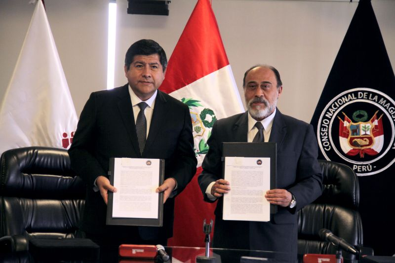 Presidente del CNM, Pablo Talavera, y Jefe Nacional del RENIEC, Jorge Yrivarren.