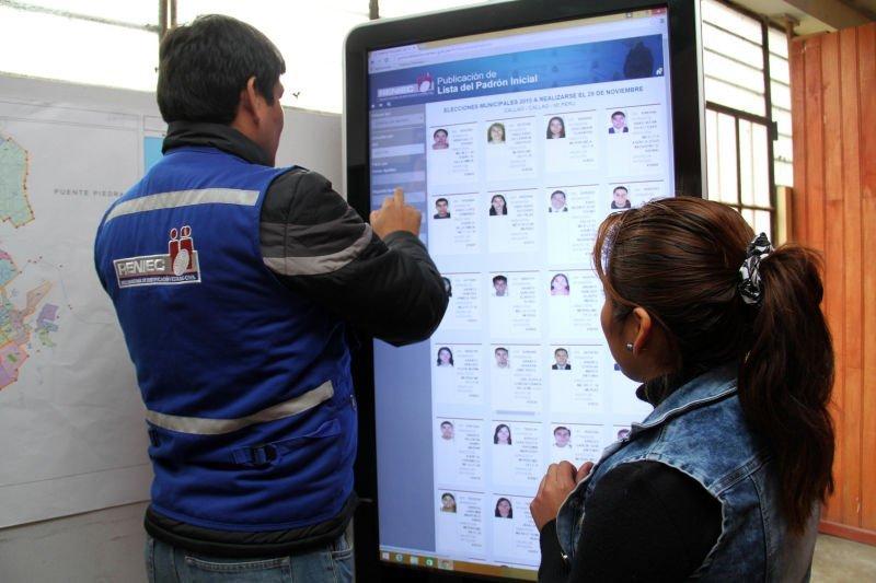 Tótem digital con el que se pudo revisar el Padrón Electoral Inicial