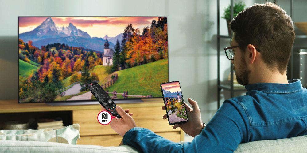 Lima, viernes 17 de setiembre de 2021 — Con las actualizaciones e innovaciones de los televisores LG 2021 disponibles en Perú, un aspecto principal que también ha evolucionado son los Magic Control. Estos controles que acompañan la línea de televisores LG en los modelos OLED C1, OLED G1, NANO 90, NANO 96 y QNED Mini LED, vienen con funciones optimizadas e Inteligencia Artificial para que la experiencia sea más cómoda y práctica a la hora de disfrutar de los contenidos favoritos. Si en casa cuentan con uno de estos nuevos equipos o planean adquirir un televisor pronto, presta atención a las nuevas funciones que trae el Magic Control: Magic Tap: Esta función permite compartir el contenido del celular al televisor simplemente con un toque. Mediante el logo NFC, presente en el Magic Remote, se puede vincular el Smartphone de una manera rápida, tan solo juntándolos. Haciendo esto, todo lo que se comande en el celular se verá en grande en la pantalla de la TV. De manera inversa, se puede lograr que lo que se proyecta en la TV, aparezca en el celular del usuario. Incluso, que el audio del televisor se comparta hasta en tres dispositivos móviles. Inteligencia Artificial: Para hacer la experiencia más cómoda y más rápida a la hora de buscar el contenido de interés, Magic Control tiene incorporado un micrófono que tiene reconocimiento de voz en un lenguaje natural en español. Solo basta decir lo que se quiere hacer o buscar en la TV para que se reproduzca de inmediato. Acceso rápido a contenidos: El Magic Control cuenta ahora con teclas directas para los servicios de streaming más populares, haciendo posible que con un solo toque se acceda a las pantallas de Netflix, Prime Video y Disney Plus. Puntero y Scroll: Para la comodidad de quien lo manipula, el Magic Control tiene una zona de desplazamiento que elimina las teclas de derecha, izquierda, arriba o abajo, lo que permite buscar el contenido de una forma más rápida. Asimismo, LG se ha preocupado porque se ofrezca un diseño
