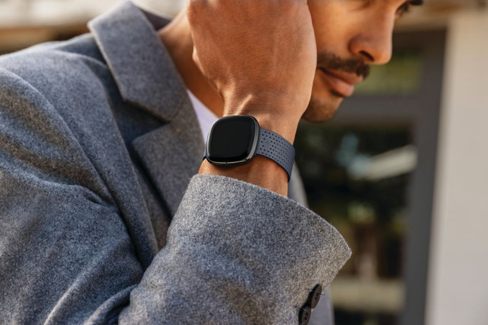 Fitbit_Sense_Lifestyle_Street_Style_Perf_Charcoal_Leather_MH_0709